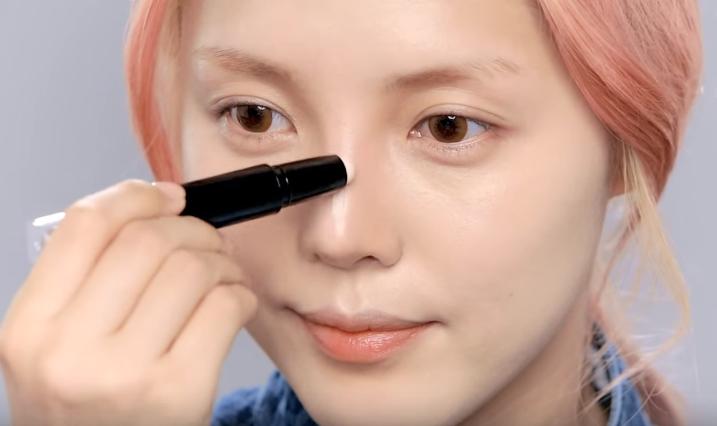 Hướng dẫn chi tiết kèm video cách trang điểm mũi tẹt đơn giản tại nhà - Ảnh 9