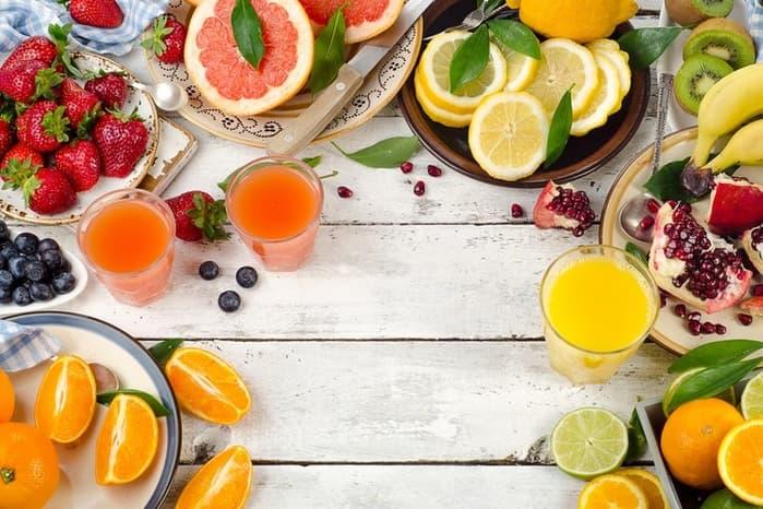 Nên sử dụng thực phẩm như cam, dứa, bưởi, lựu để bổ sung vitamin C