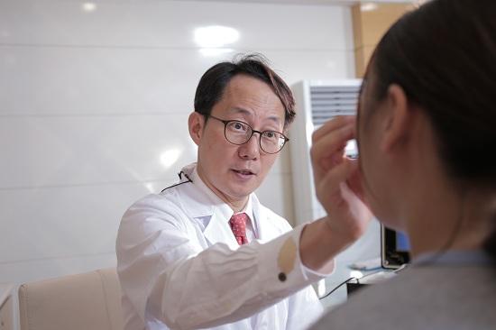 Cách tháo nẹp mũi tại nhà an toàn: 5 Lưu ý của Bác Sỹ Thẩm Mỹ - Hình 3