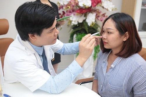 Nâng mũi vĩnh viễn giá bao nhiêu? Bác sĩ chuyên khoa phẫu thuật trực tiếp thăm khám, tư vấn cho khách hàng